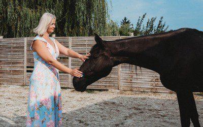 nő lóval kapcsolódik