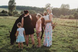 nők gyerekek lóval