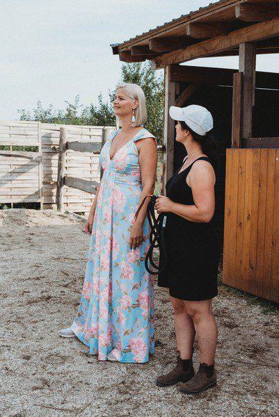 két nő beszélget