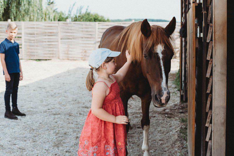 kislány lóval