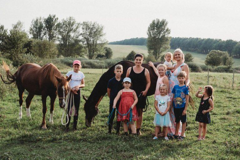 gyerekek anyák lovak