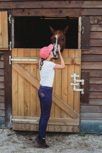 lány lovat puszil